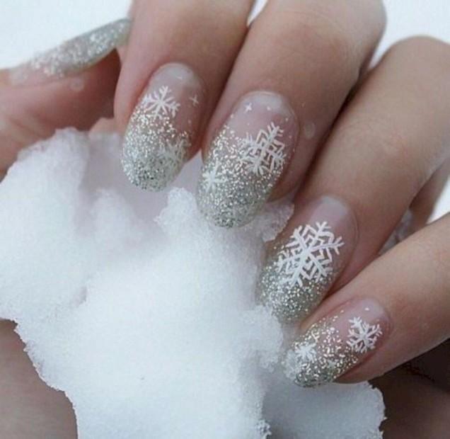 сребрист маникюр бели снежинки