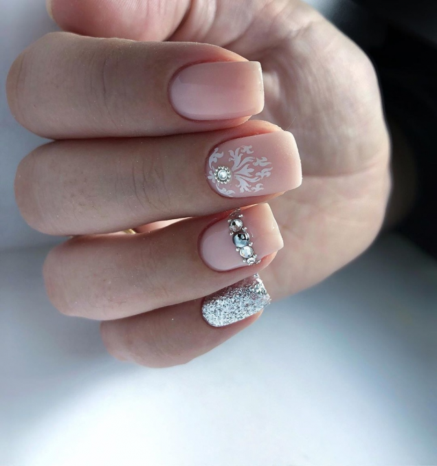 къс зимен маникюр с кристали