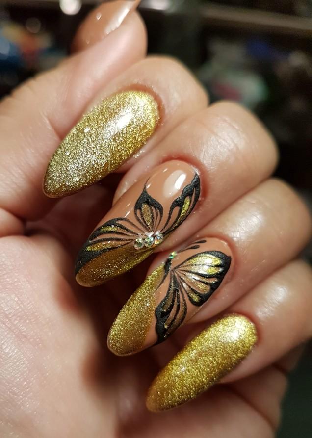 златист маникюр с пеперуди