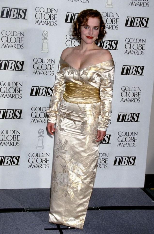 Джилиън Андерсън и златистата рокля в японски стил