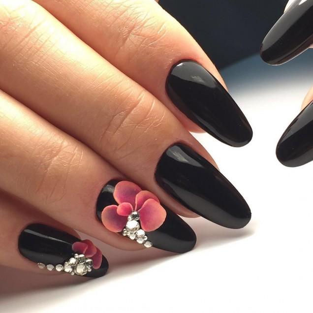 черен маникюр розови цветя