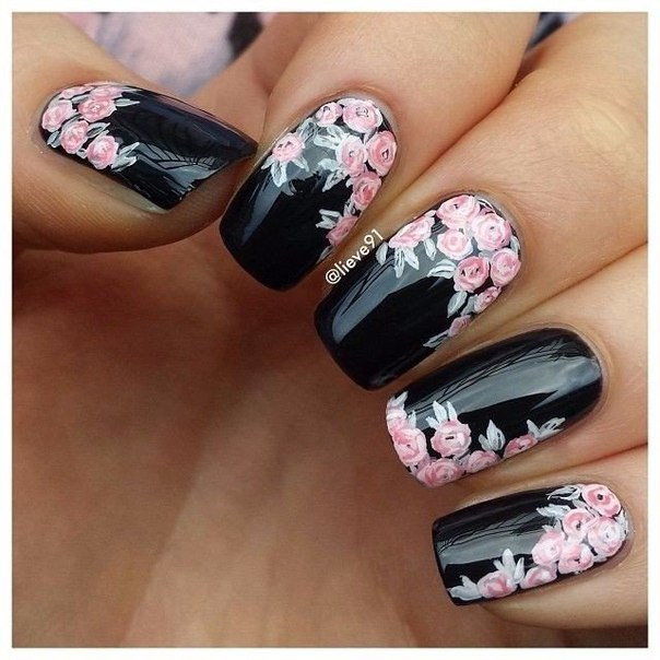 черен маникюр с цветя