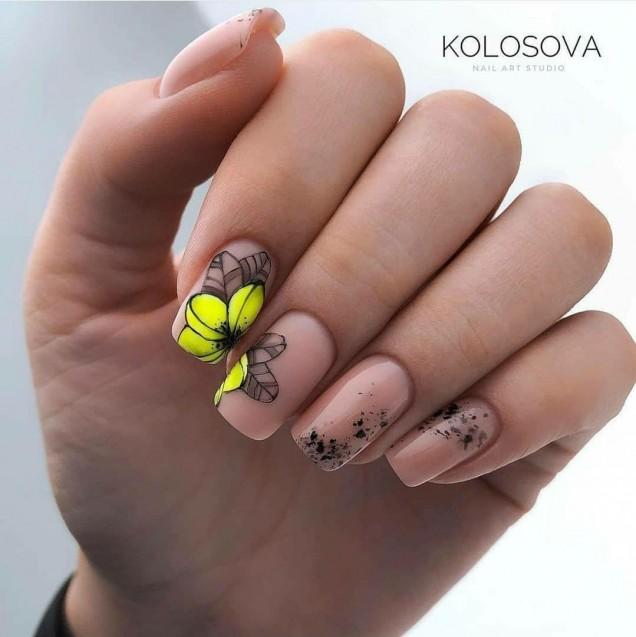 гол маникюр жълти цветя