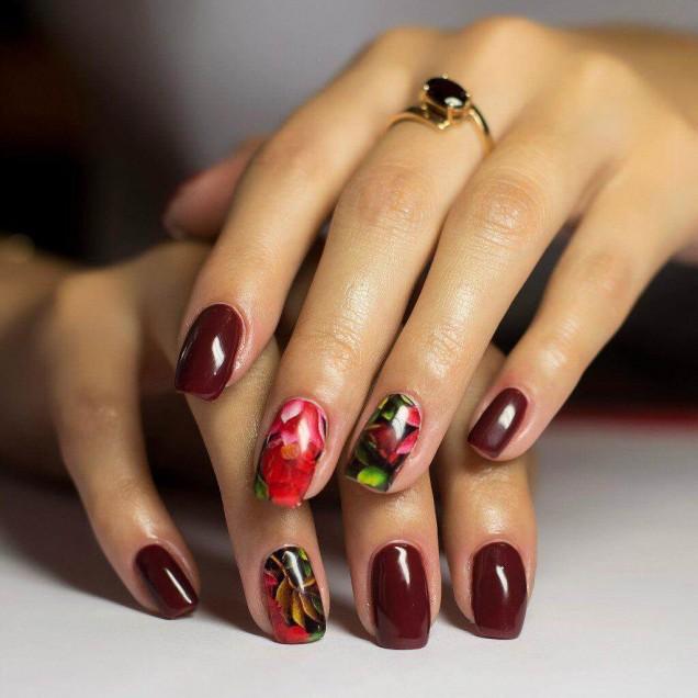 къс маникюр бордо с цветя