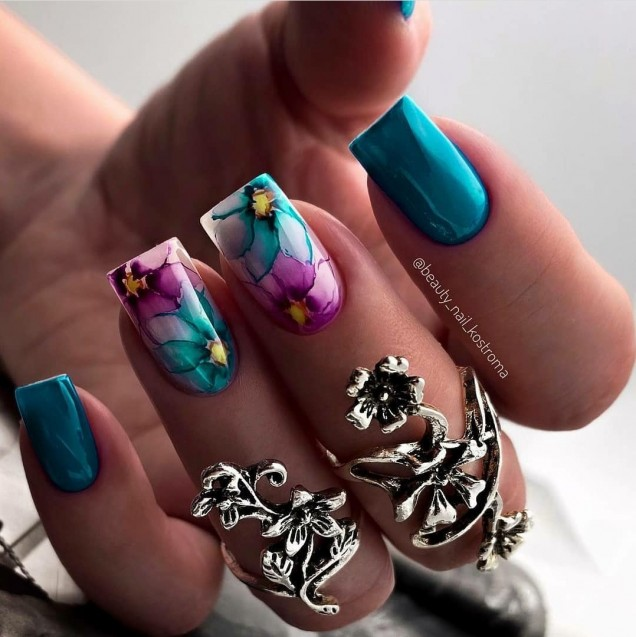 ярък маникюр с пеперуди