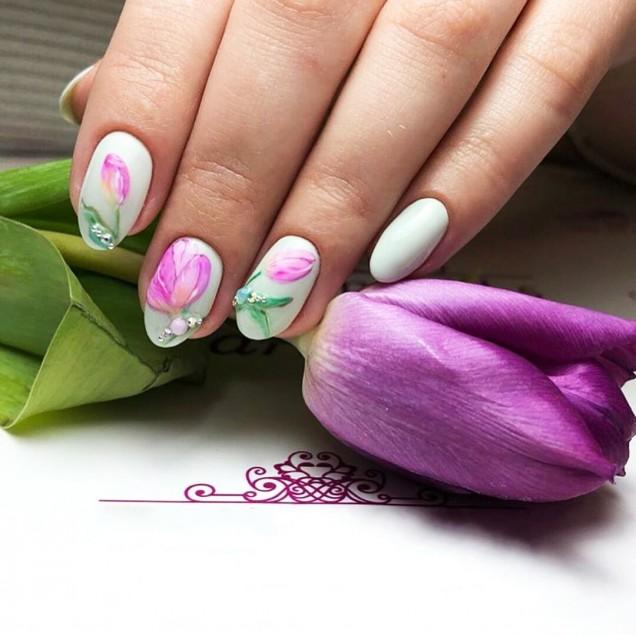маникюр с флорална декорация