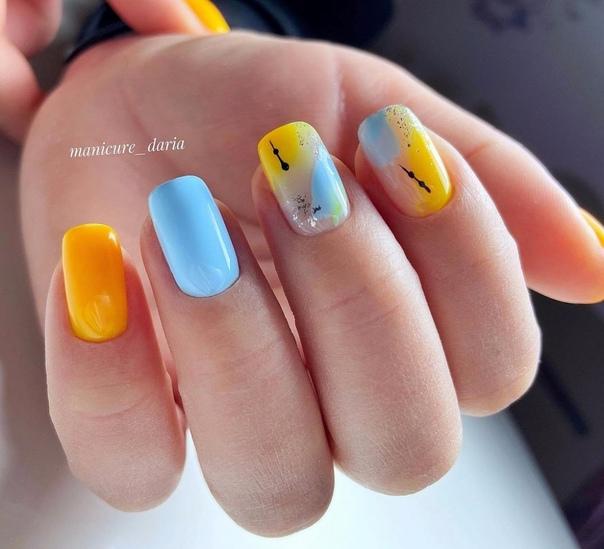 синьо жълто маникюр