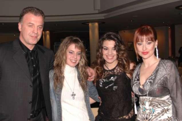 Наско Сираков и Илиана Раева с дъщерите си