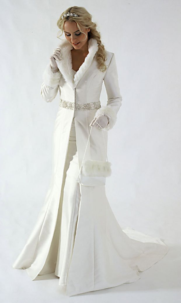 Красива бяла сватбена рокля с бяло палто от кожа