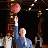 принц Чарлз играе баскетбол