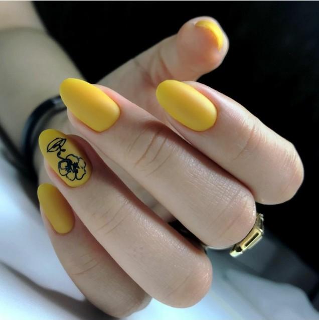 Маникюр в жълто с декорация