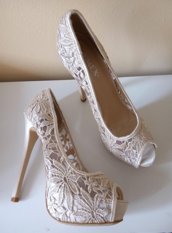 красиви дантелени обувки