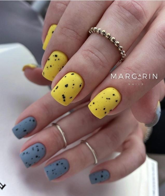 Маникюр в жълто и синьо