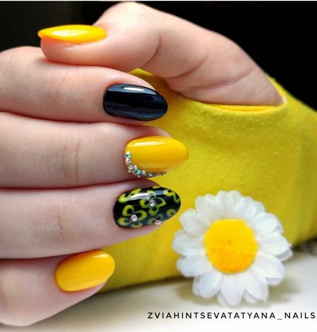 Маникюр в жълто и черно