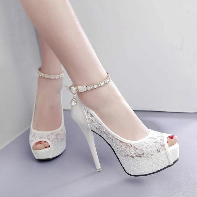 бели дантелени обувки