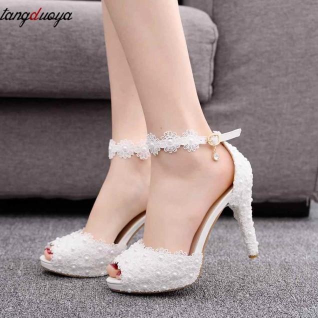бели обувки с дантела