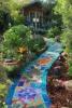 цветна пътечка в градината