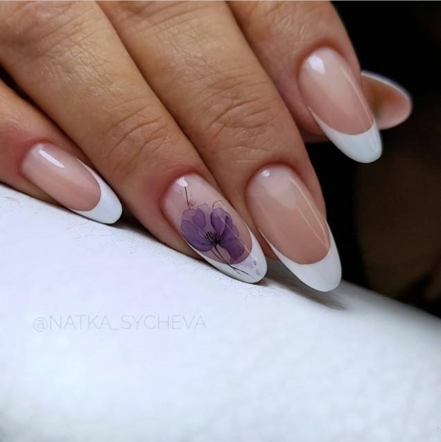 бял френч с цвете