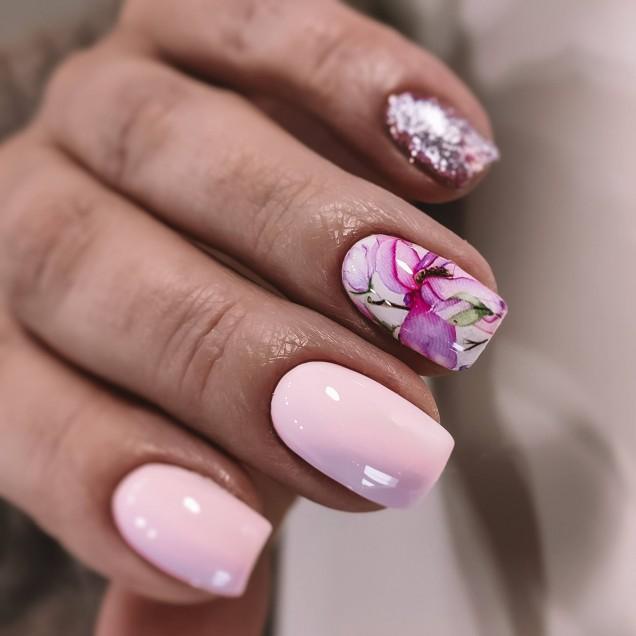 къс розов маникюр нежни цветя