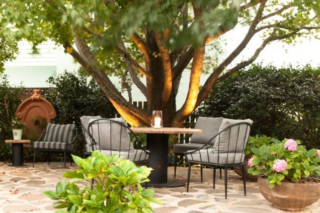 романтичен кът под дървото