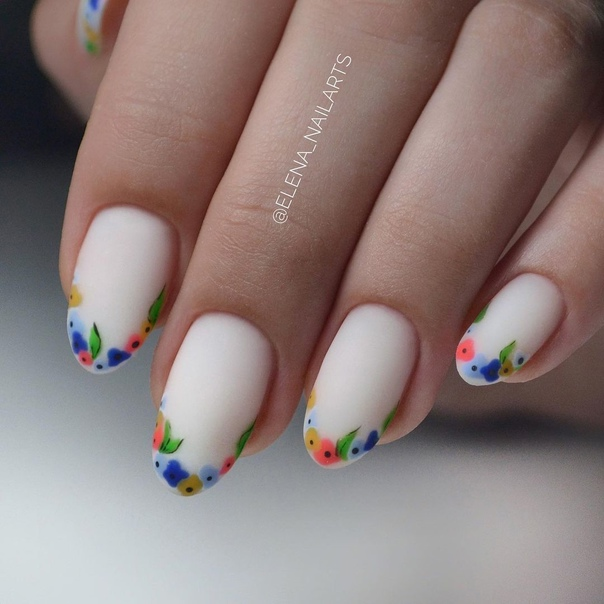 бял с цветя маникюр