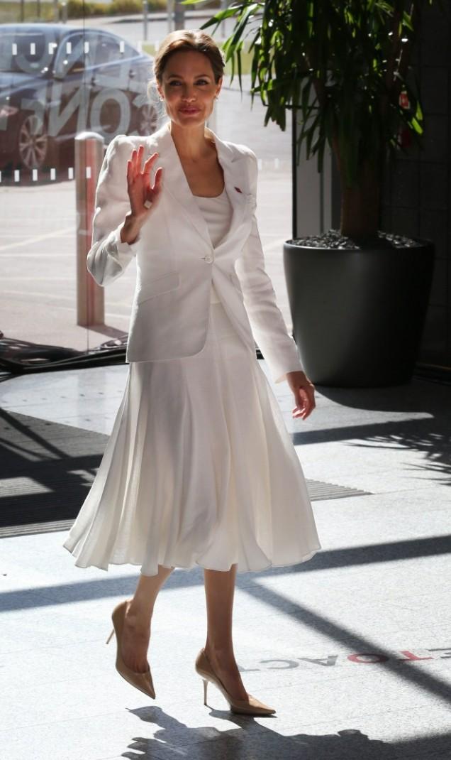 Анджелина Джоли бяла рокля