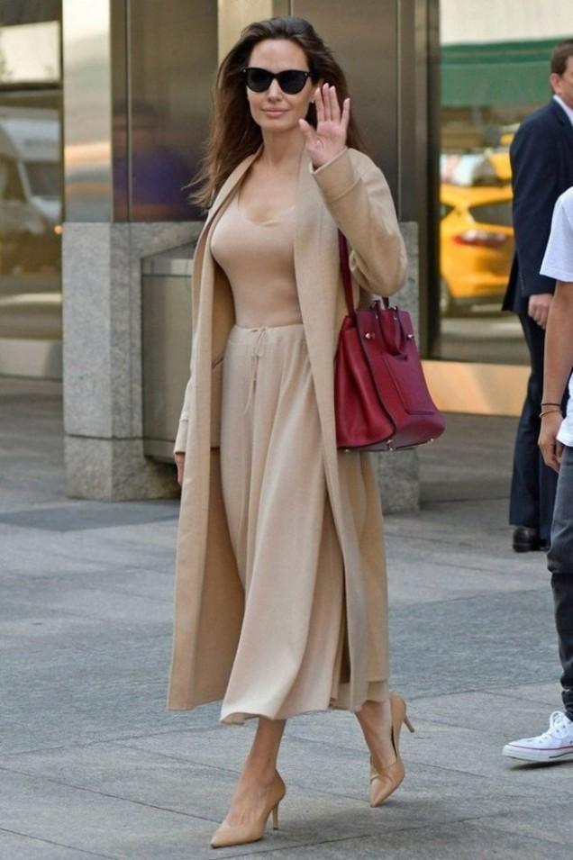 Анджелина Джоли в бежово