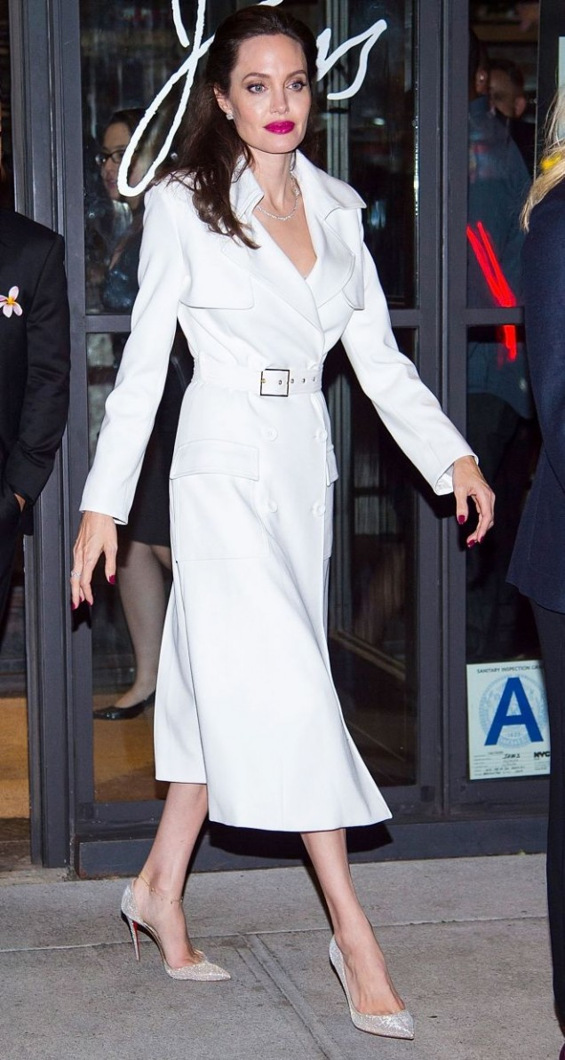 Анджелина Джоли елегантна в бяло