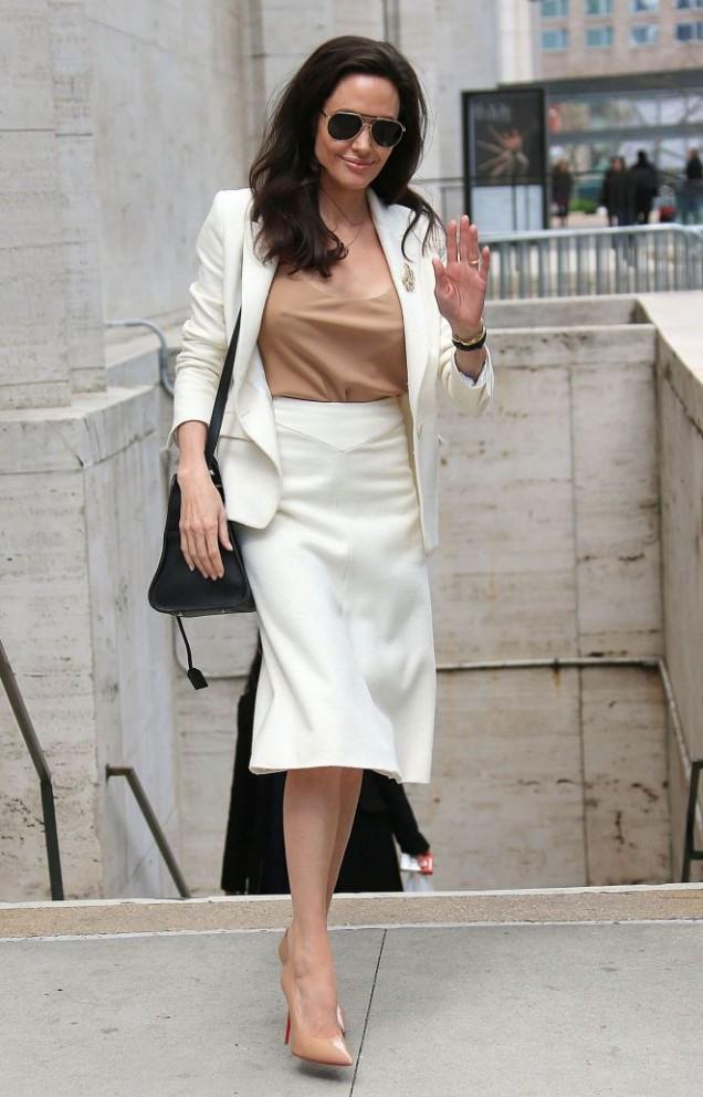 Анджелина Джоли елегантен костюм