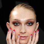 Декорация за нокти с червен акцент от Седмица на модата в Ню Йорк