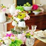 Великденска украса за масата с пипитени подложки бяло и зелено и малки гнезда с яйца