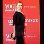Кейт Мос в дълга черна рокля с паднало рамо на парти в чест на иконите на Vogue