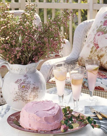 Красива декорация за маса с нежно розово комбинирано с бяло