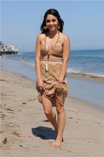 Ванеса Хъджънс в пясъчна рокля на плажа