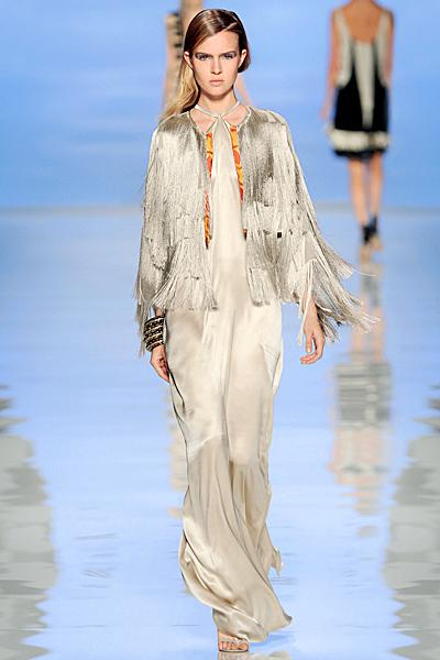 Дълга копринена рокля телесен цвят и наметало с ресни Etro Пролет-Лято 2012