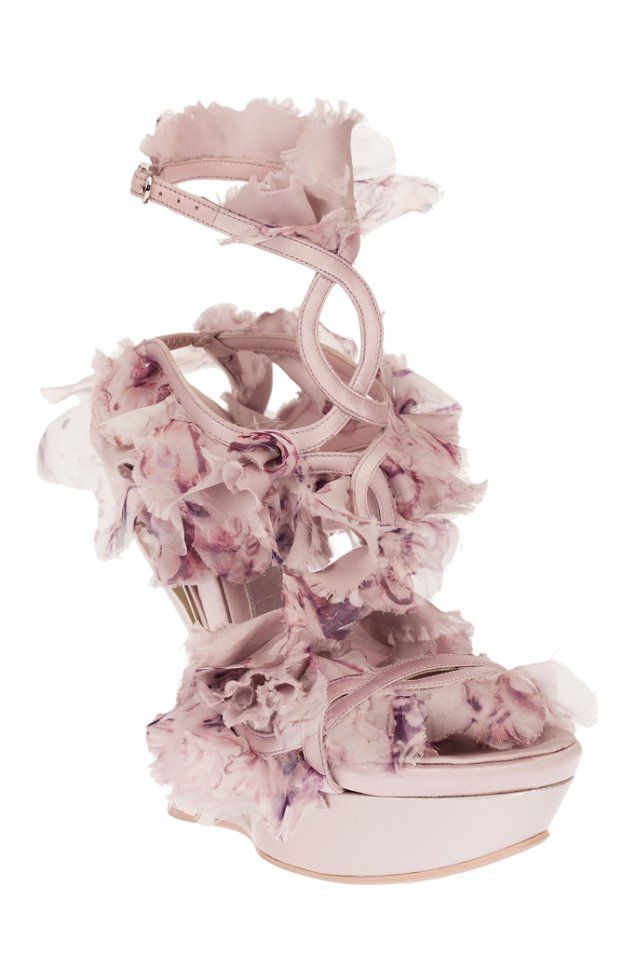 Бледо лилави обувки на платформа с каишки около глезена Alexander McQueen пролет-лято 2012