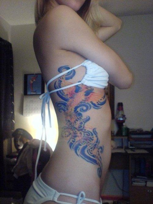 Цветна татуировка дракон отстрани на цялото тяло