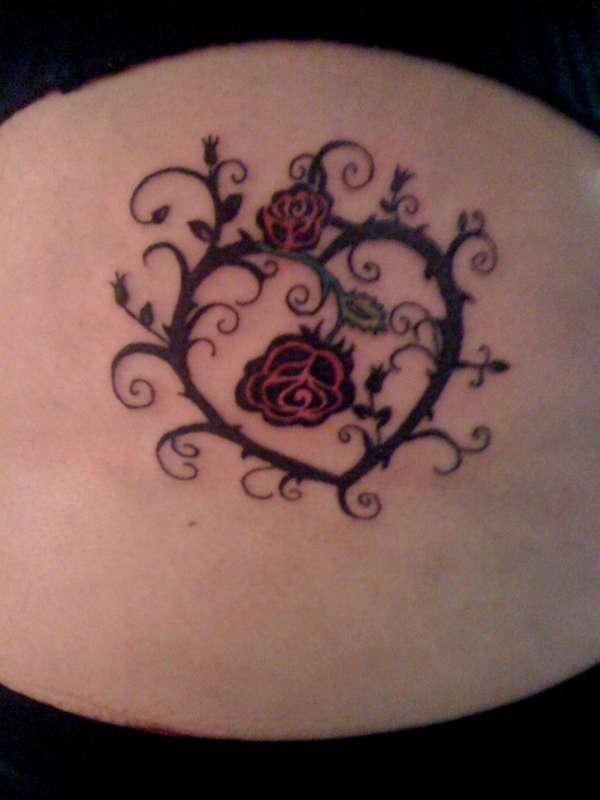 Татуировка сърце от бодливи рози