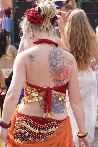 Татуировка на половината гръб божур