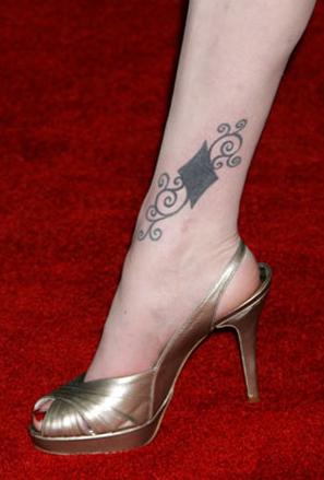 Татуировка пика на глезена на Евън Рейчъл Ууд