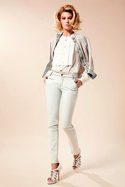 Бели дънки с бяла риза и сако късо Предпролетна колекция Blumarine за 2012