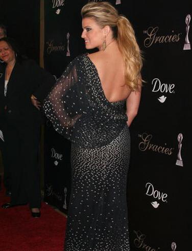 Джесика Симпсън във вечерна рокля с падащо рамо