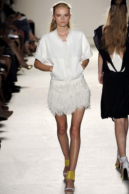 Къса бяла рокля с пола с пера Barbara Bui пролет 2012