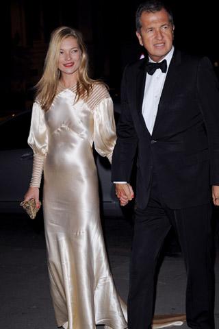 Кейт Мос в дълга сатенена рокля с Марио Тестино