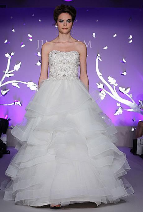 Булчинска рокля тип бална с корсет украсен с перли и мъниста Jim Hjelm пролет 2012