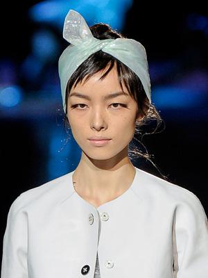 Дневна прическа за къса коса с ефирно късо шалче от ревю на Marc Jacobs