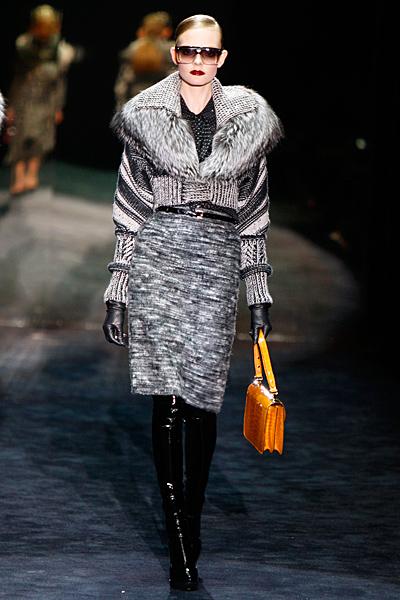 Права пола в сиво и късо палто Gucci Есен-Зима 2011