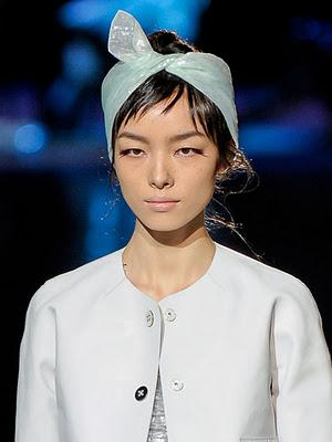 Прическа с шал около главата