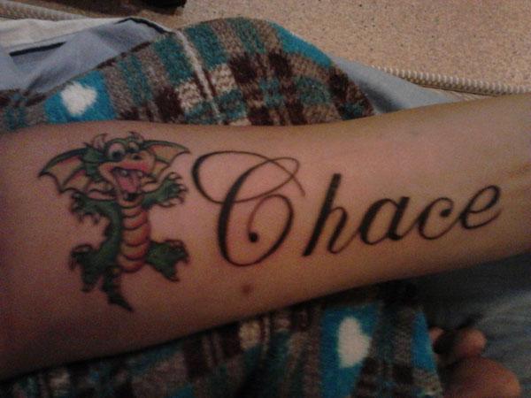 Татуировка име и драконче на китката