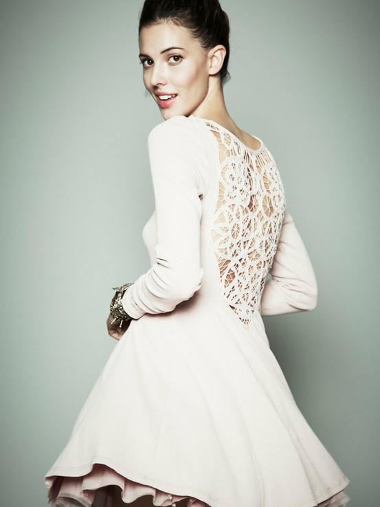 Бяла разкроена рокля с дантелен гръб